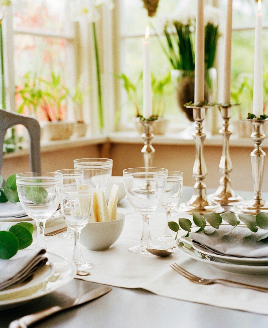 Gedeckter Tisch für ein elegantes Abendessen