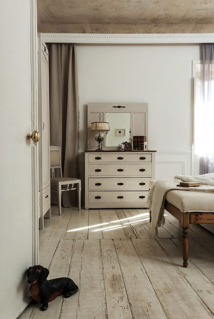 Antique Bedroom Bench And Chest Of Buy Image 11252920 Living4media