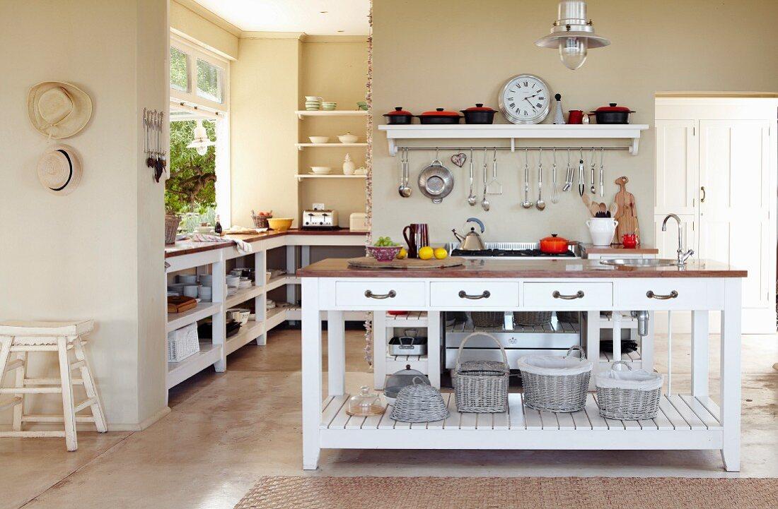 weiße kücheninsel in offener … - bild kaufen - 11262788