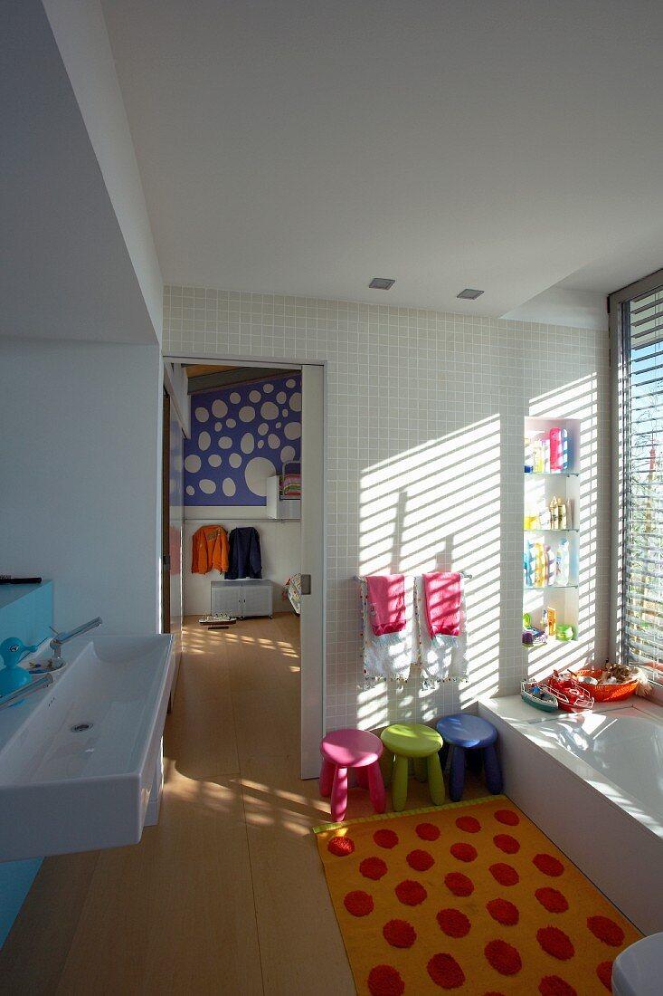 Farbenfrohes, kindgerechtes Badezimmer … – Bild kaufen – 20 ...