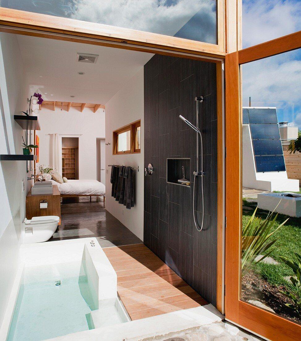 Blick in Appartementhaus mit offenem Badbereich vor Schlafzimmer