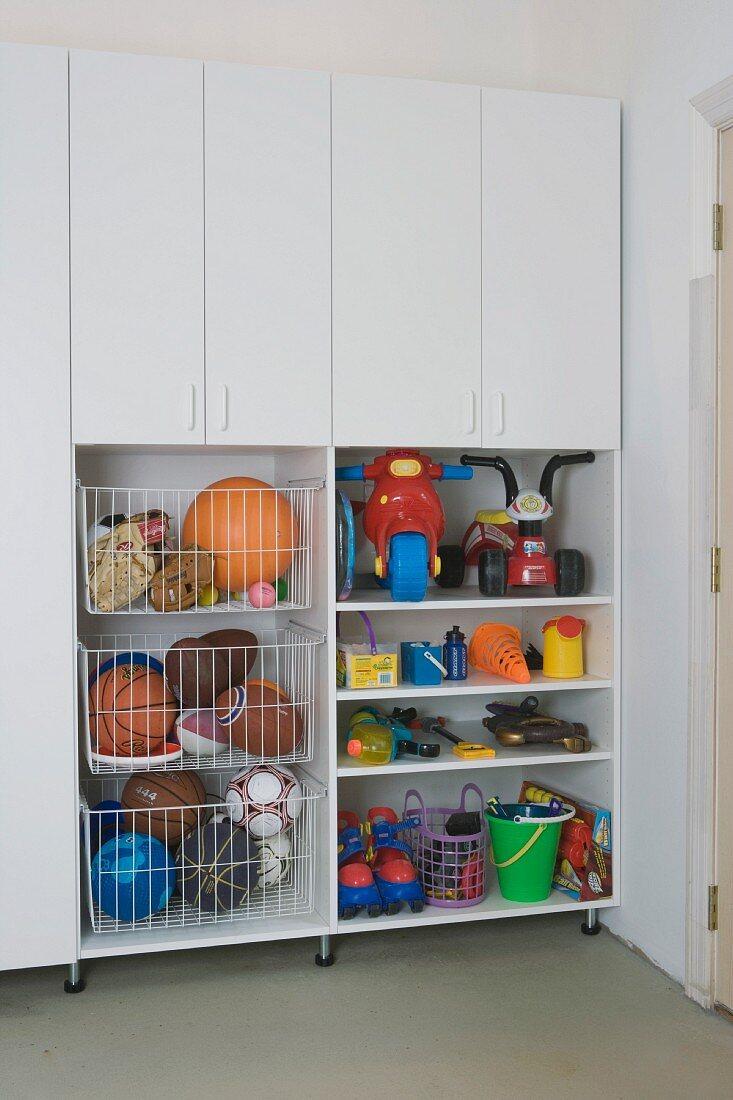 Einbauschrank und Regal mit Spielzeug und Spielgeräten