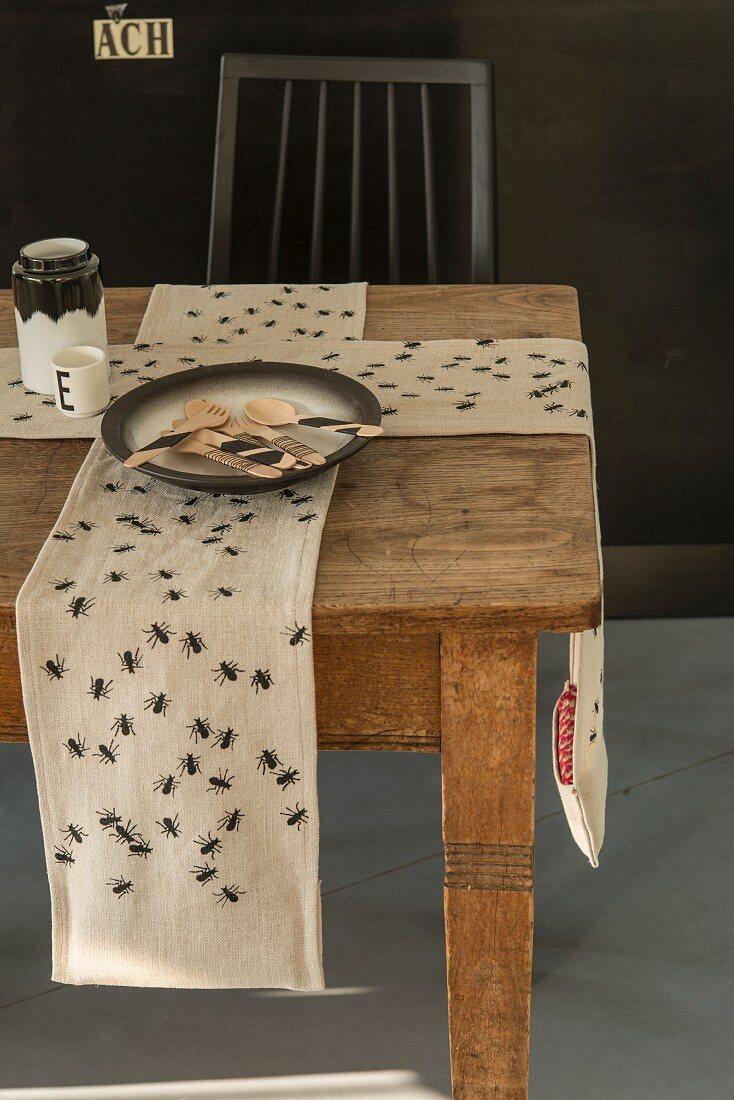 Tischläufer mit Ameisenmotiv & Gewicht