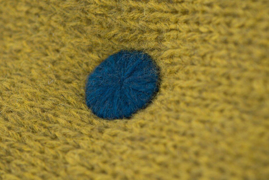 Kreativ-Knopf mit blauem Alpakamischgarn umstickt