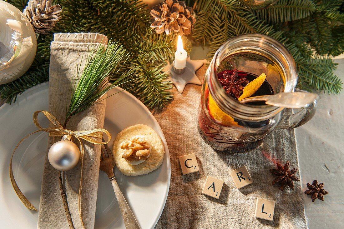 Weihnachtliches Tischedeck, Namenskärtchen aus einzelnen Buchstaben auf Plättchen