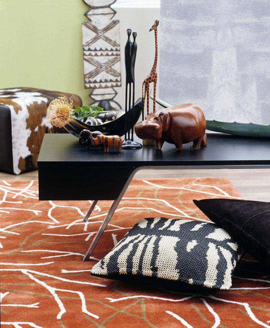 Afrikanisch dekoriertes Wohnzimmer mit gemustertem Teppich