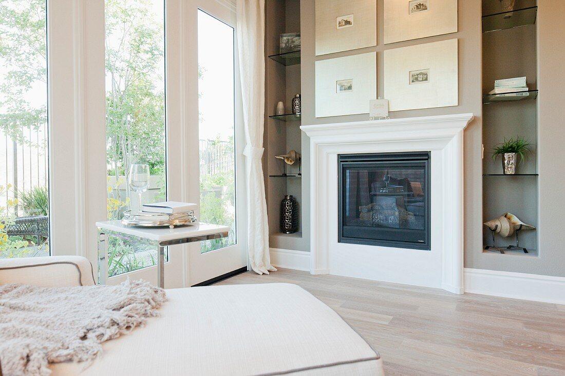 Kamin eingerahmt von Wandregalen mit Dekorationsobjekten in Wohnzimmer
