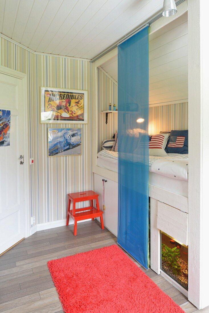Schiebevorhang aus blauem Voile vor Alkovenbett mit Stauraum und Aquarium in Jugendzimmer