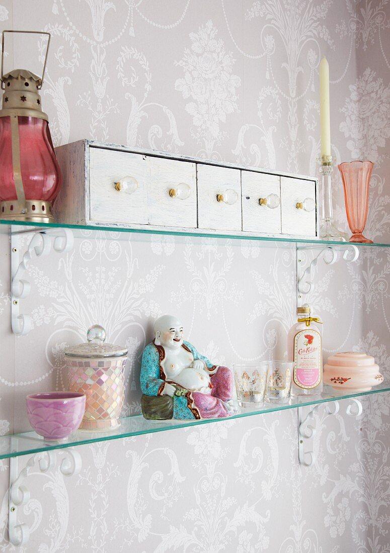 Vintage Schubladenkästchen, chinesische Porzellanfigur und allerlei Nippes auf Glasborden in Shabby Badezimmer