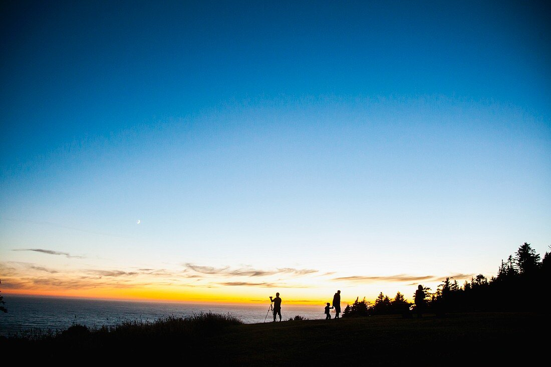 Menschen am Meer im Abendlicht
