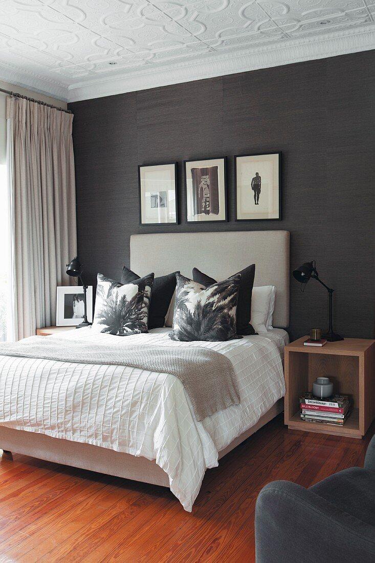Doppelbett mit drapierten Kissen und … – Bild kaufen