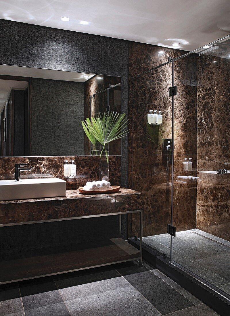 Luxuriöses Badezimmer mit Steinwänden … – Bild kaufen – 20 ...