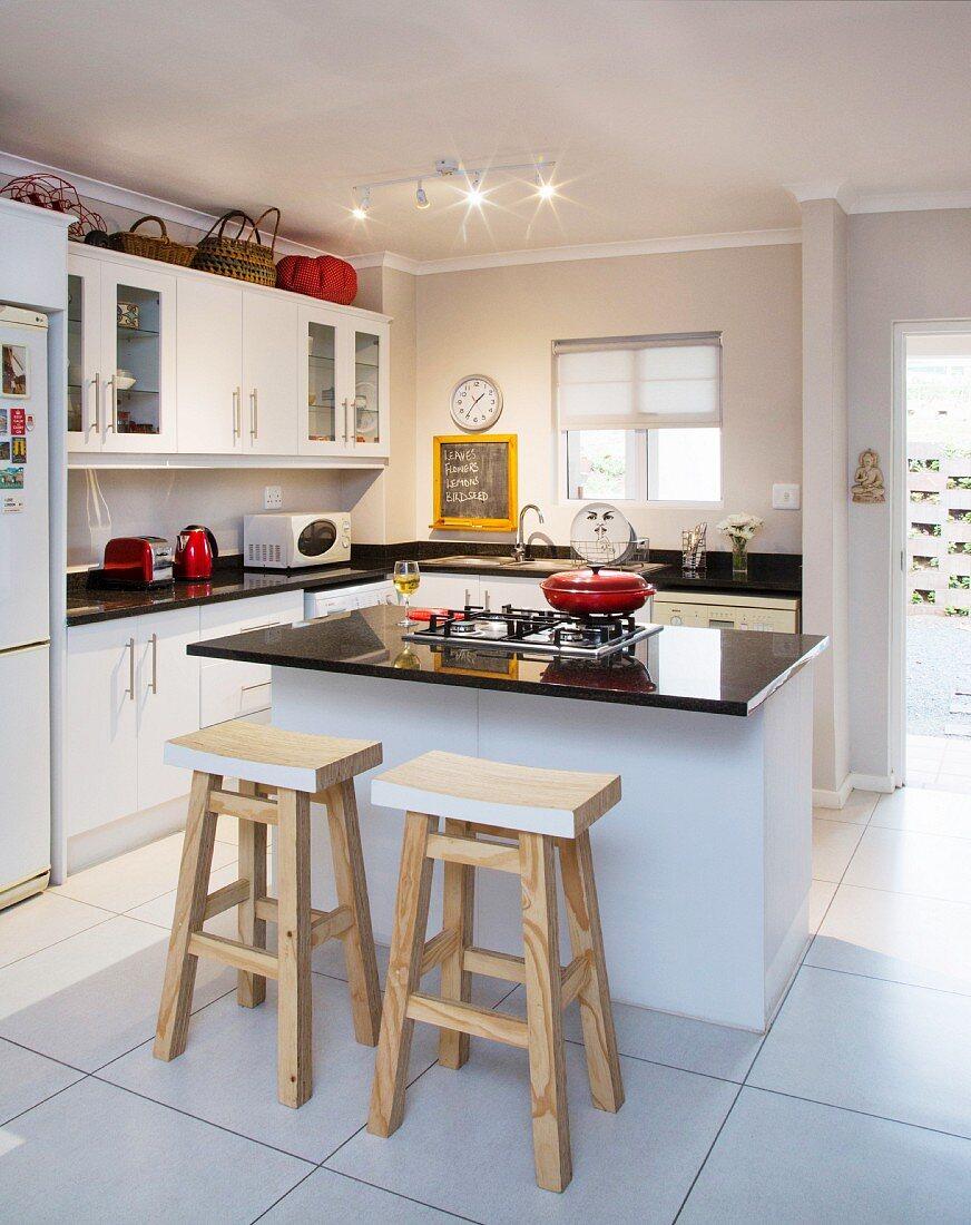 Moderne Kuche Mit Kochinsel Zwei Bild Kaufen 12101452 Living4media