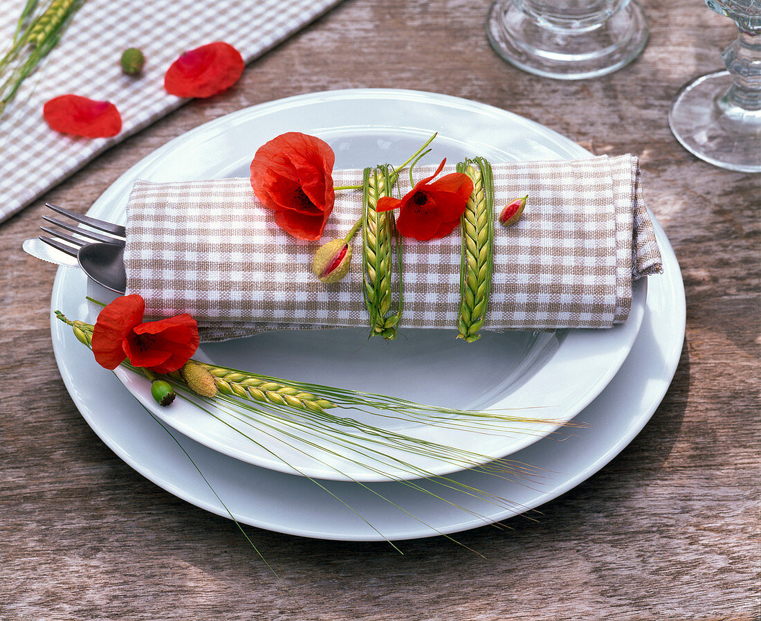 Napkin decoration with Papaver rhoeas and Hordeum