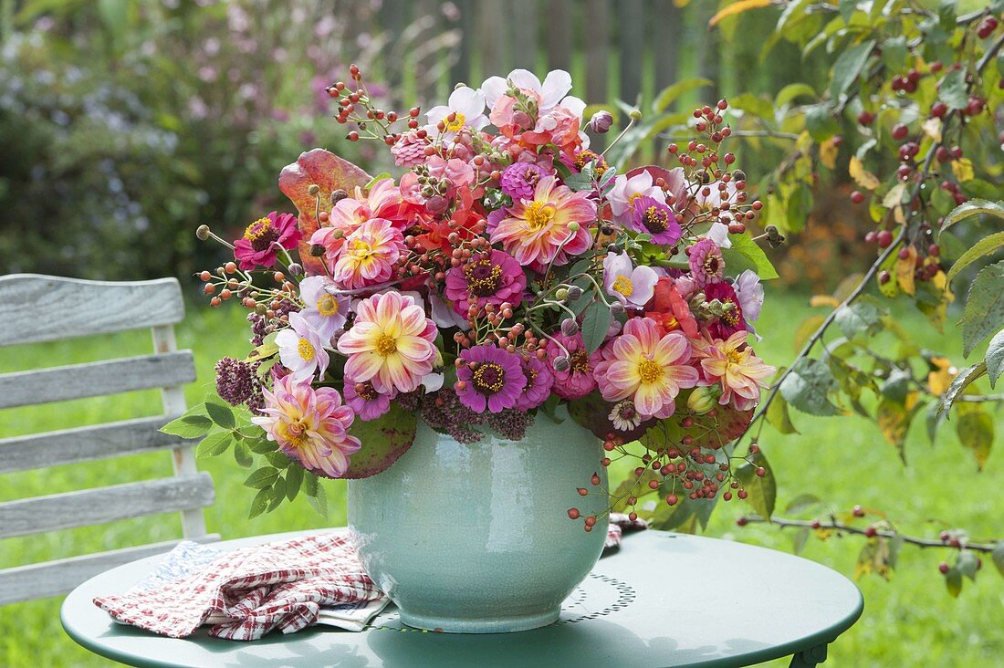 Rustic Bouquet Of Zinnia Dahlia Buy Image 12192516 Living4media