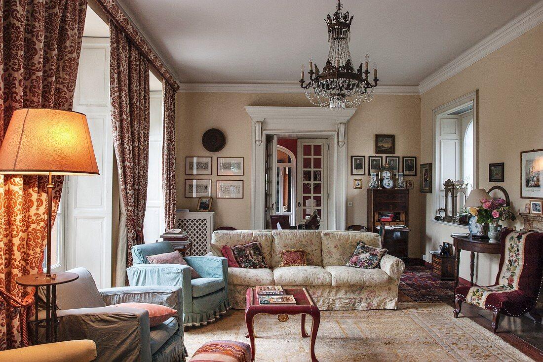 Traditionelles Wohnzimmer mit antiken Möbeln und Kronleuchter