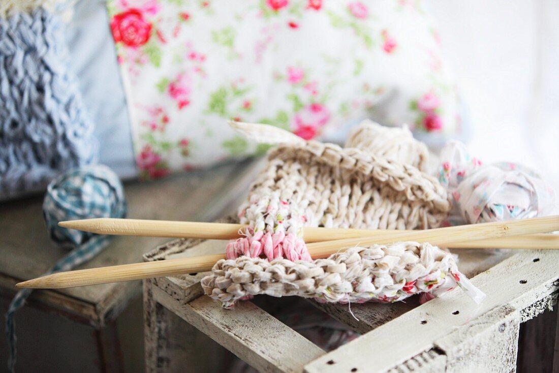 Rag-yarn knitting with knitting needles