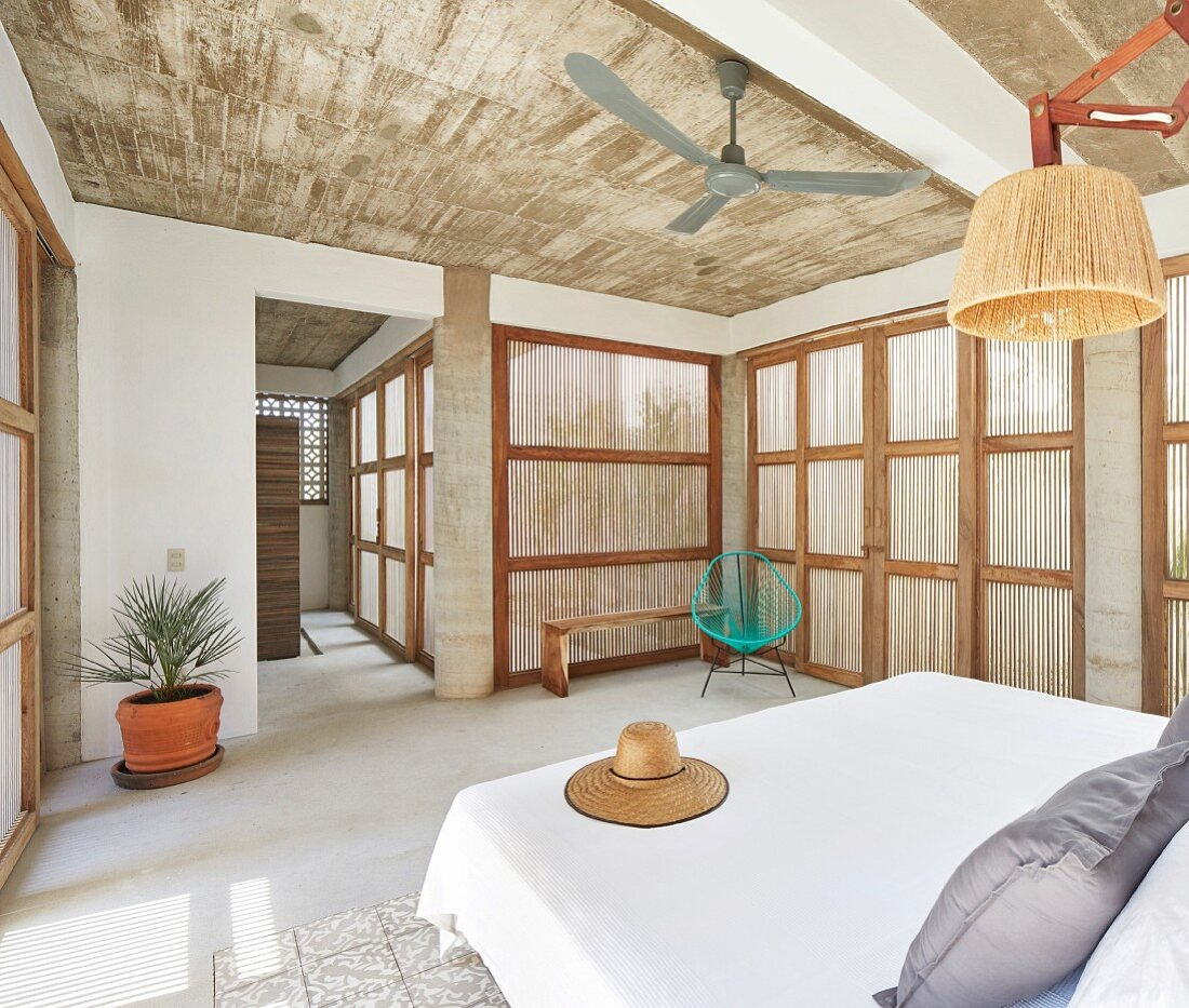 Combination of traditional and modern elements in bedroom