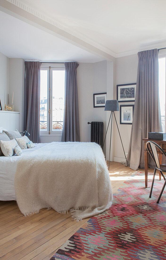 Bunt Gemusterter Teppich Vor Dem Bett Im Bild Kaufen 12409382 Living4media