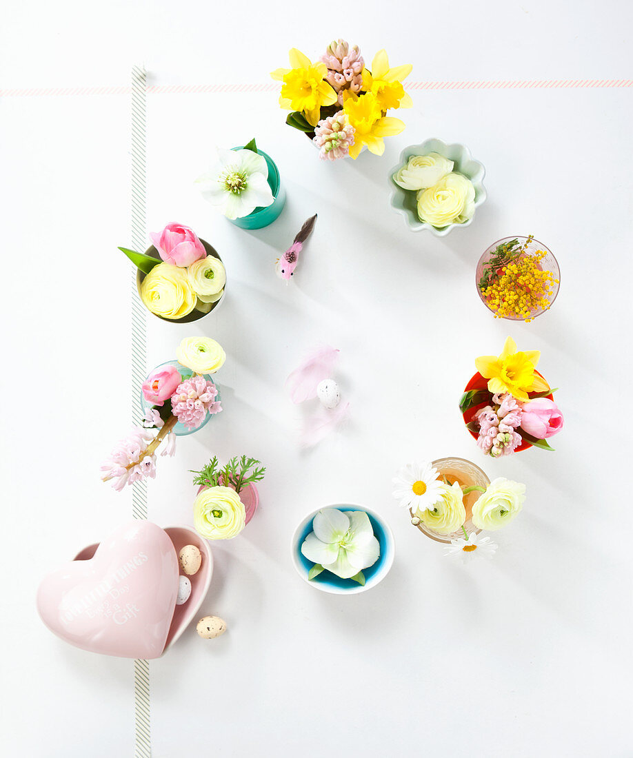Österliche Tischdekoration mit Blüten