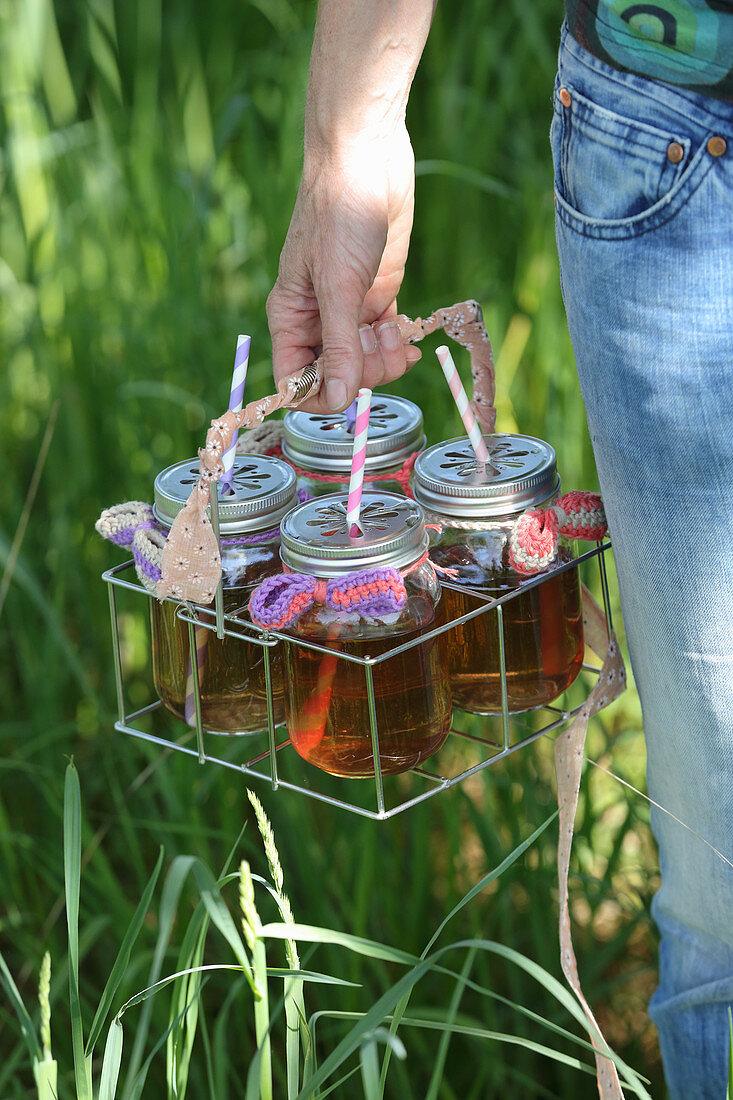 Sommerliches Getränk in Schraubgläsern mit Häkelschleifen