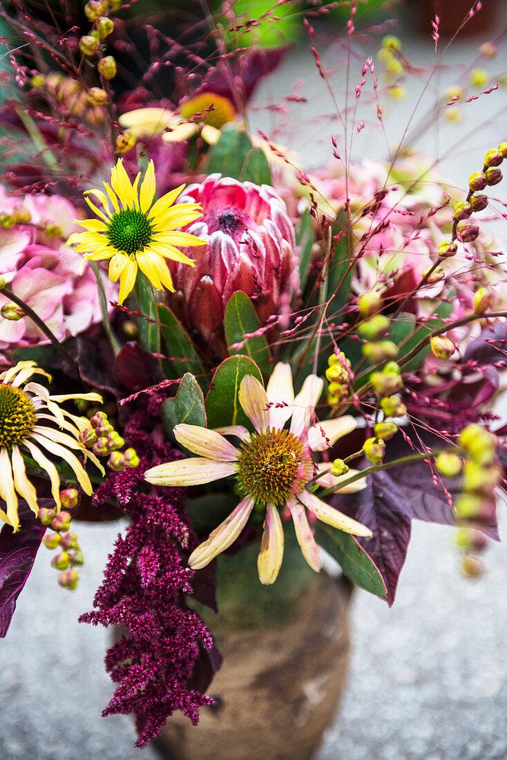 Herbstlicher Blumenstrauß in Violett und Gelb