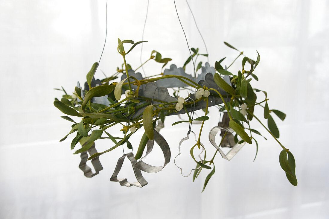 Mistelkranz mit Plätzchenausstechern dekoriert