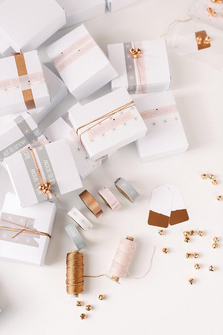 Weiße Schachteln mit Masking Tape und Garn dekoriert