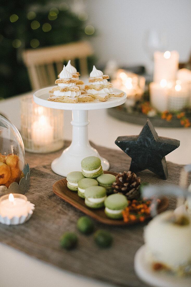 Süßes Gebäck auf weihnachtlich gedecktem Tisch