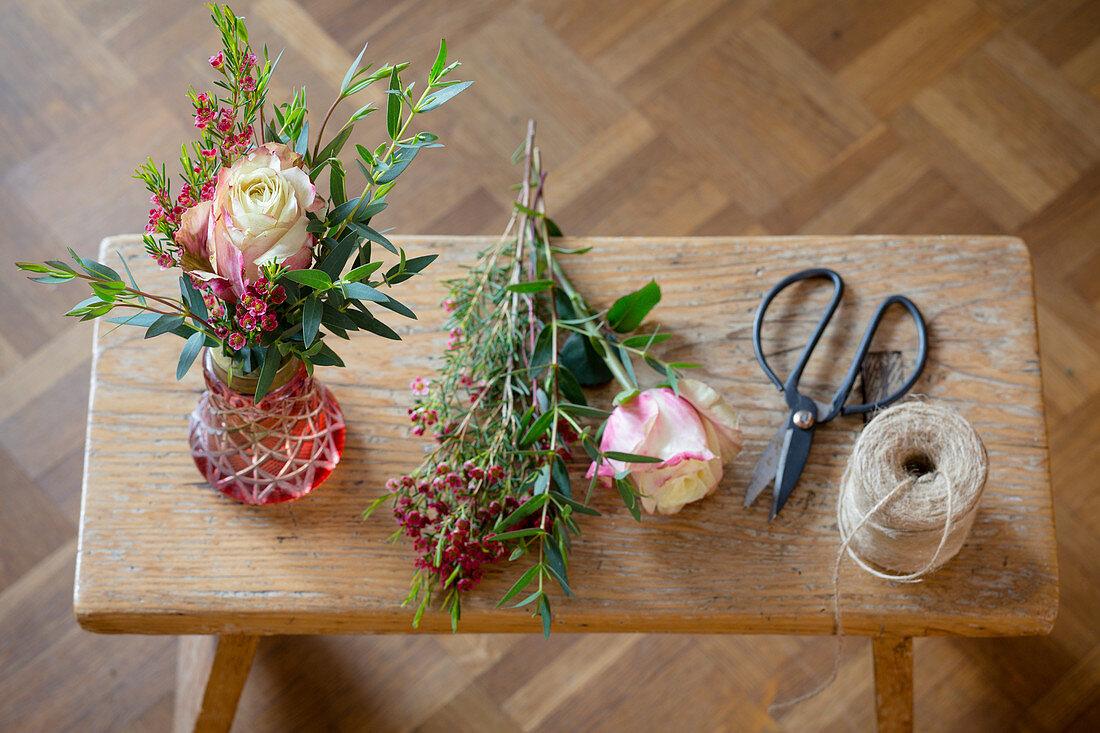 Ein fertiges Blumensträußchen und das Material dazu