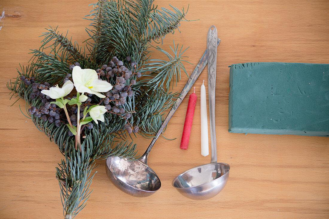Material für ein weihnachtliches Gesteck im Schöpflöffel