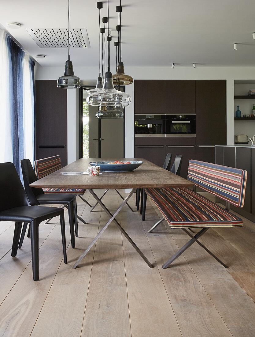 Langer Esstisch mit Bänken und Stühlen … - Bild kaufen ...