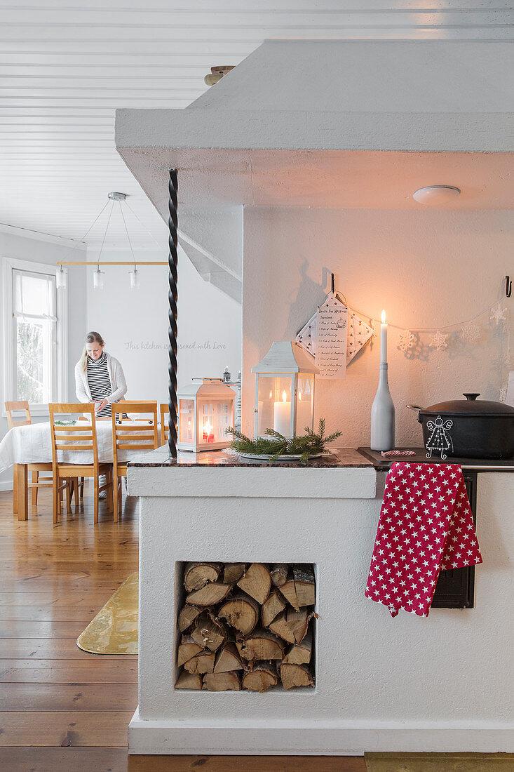 Skandinavische Küche mit Holzofen und Holzlager