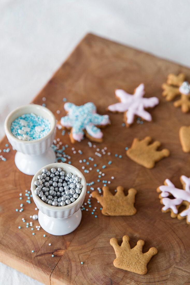 Pfefferkuchen mit Zuckerperlen verzieren