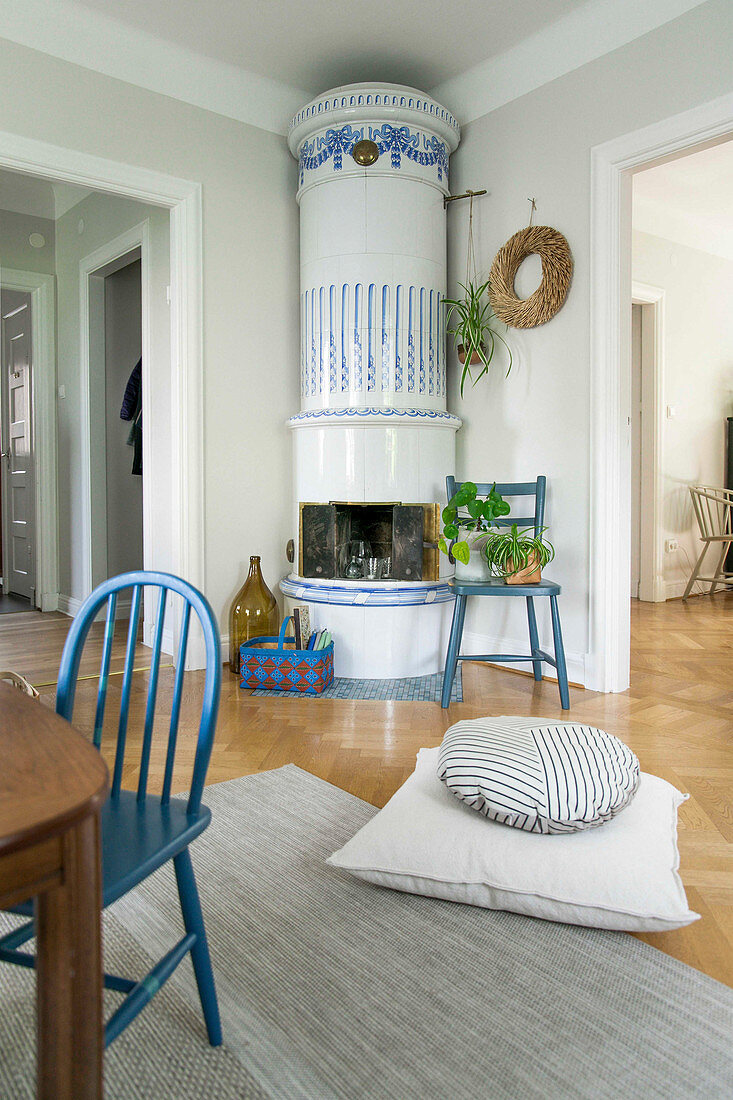 Runder, schwedischer Kachelofen im offenen Wohnzimmer