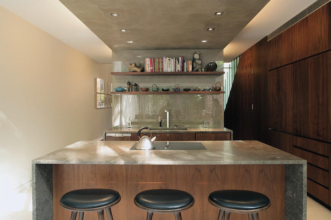 Kleine offene Küche mit Beton und dunklem Holz