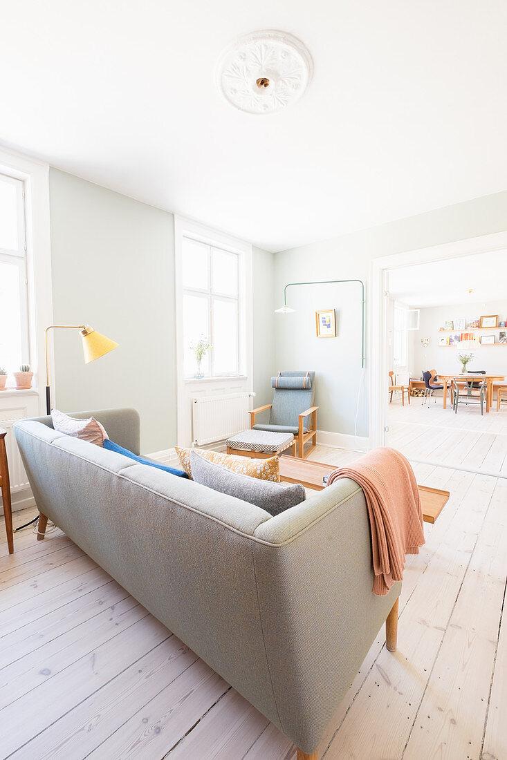 Helles offenes Wohnzimmer im skandinavischen Retro-Stil