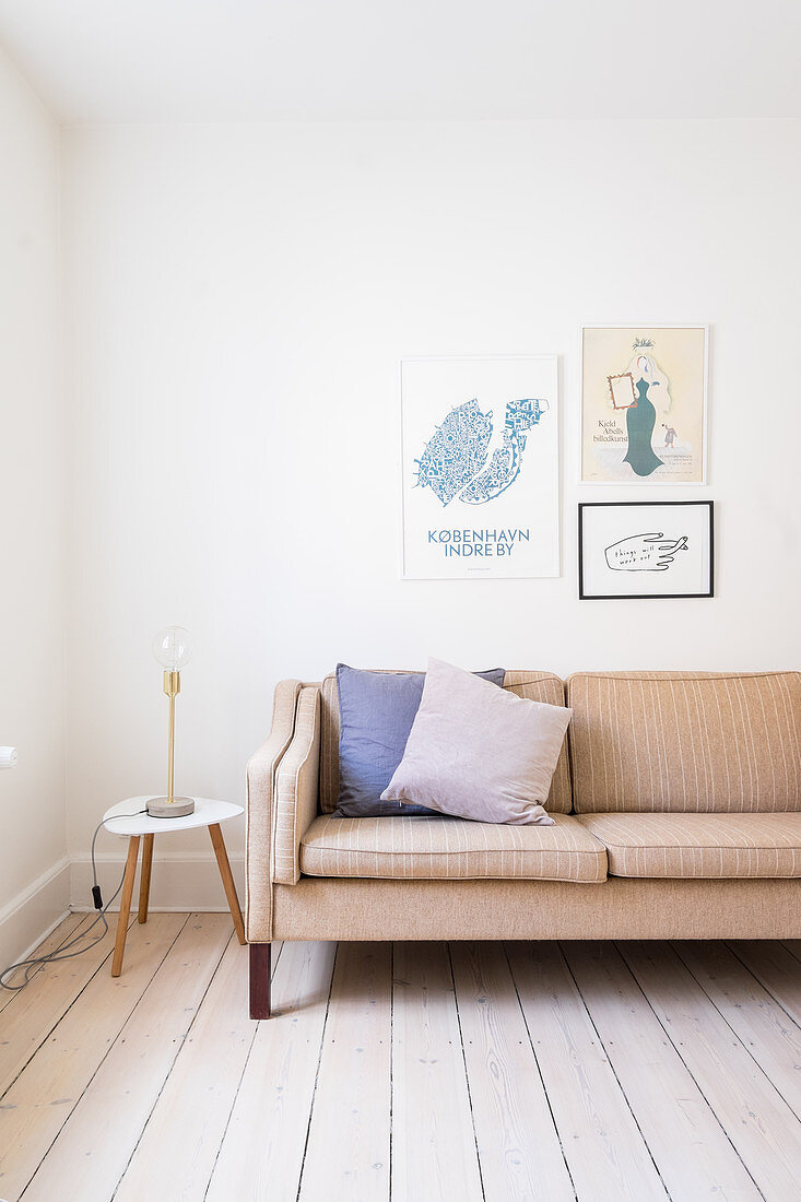 Retrosofa im schlichten Wohnzimmer