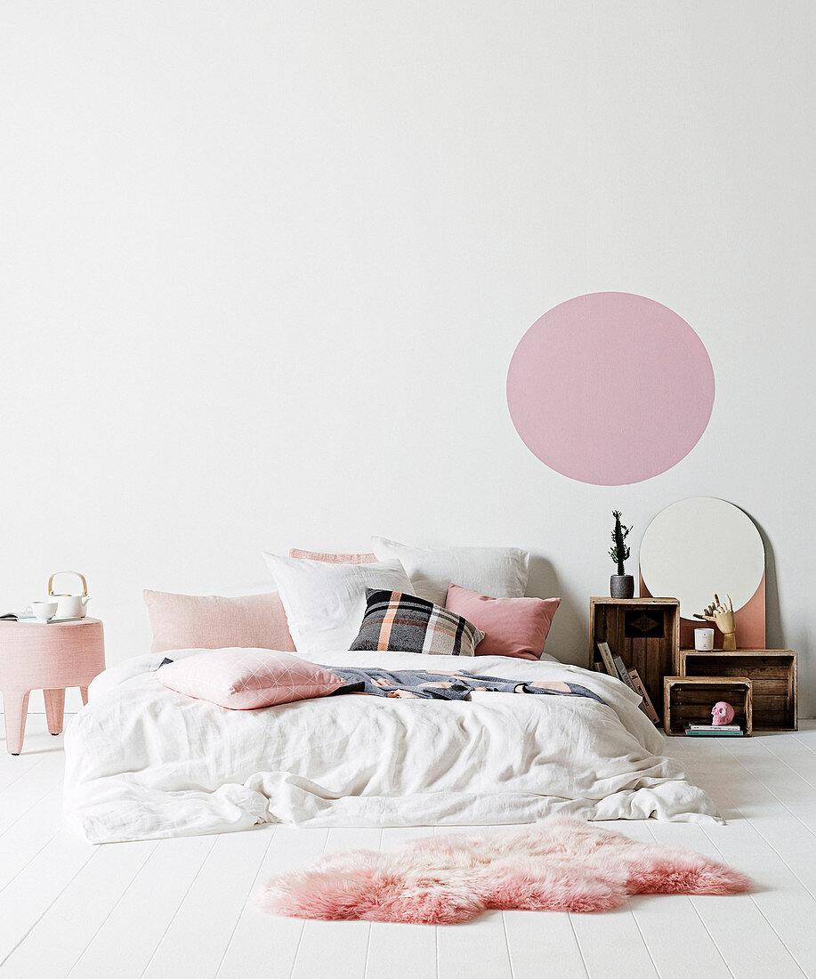 Schlafzimmer in Pastelltönen, rustikale Holzkisten als Nachttisch