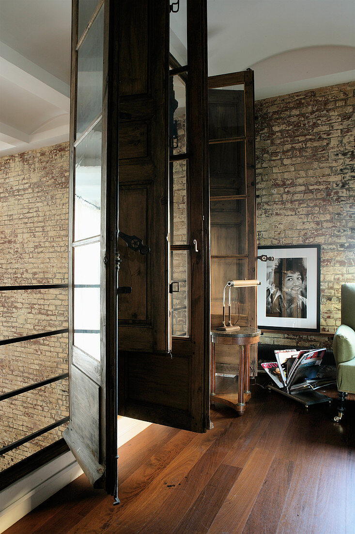 Alte Fenster an der Galerie in einem Industriegebäude als Wohnhaus