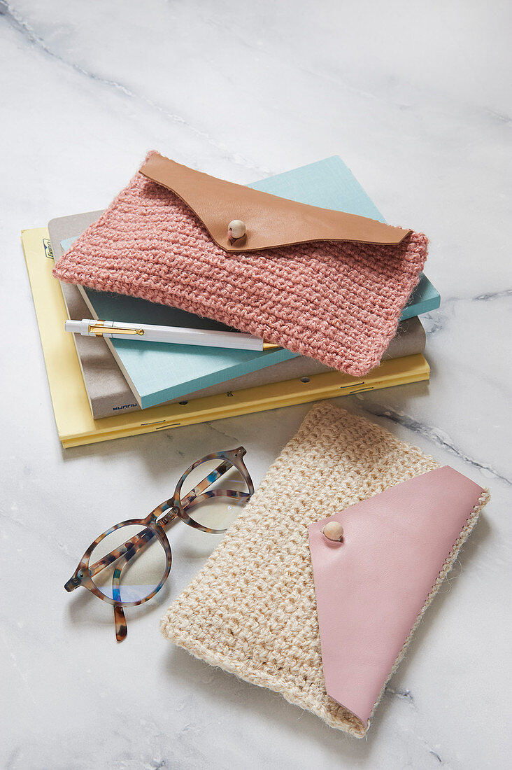 A DIY clutch made from hemp yarn and leather