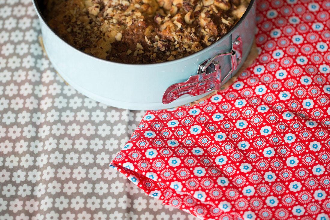 Kuchen in Springform und DIY-Kuchentasche aus Wachstuch