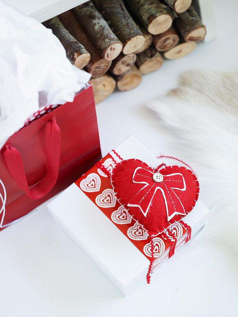 Geschenkpäckchen dekorativ verziert mit Stoffherz