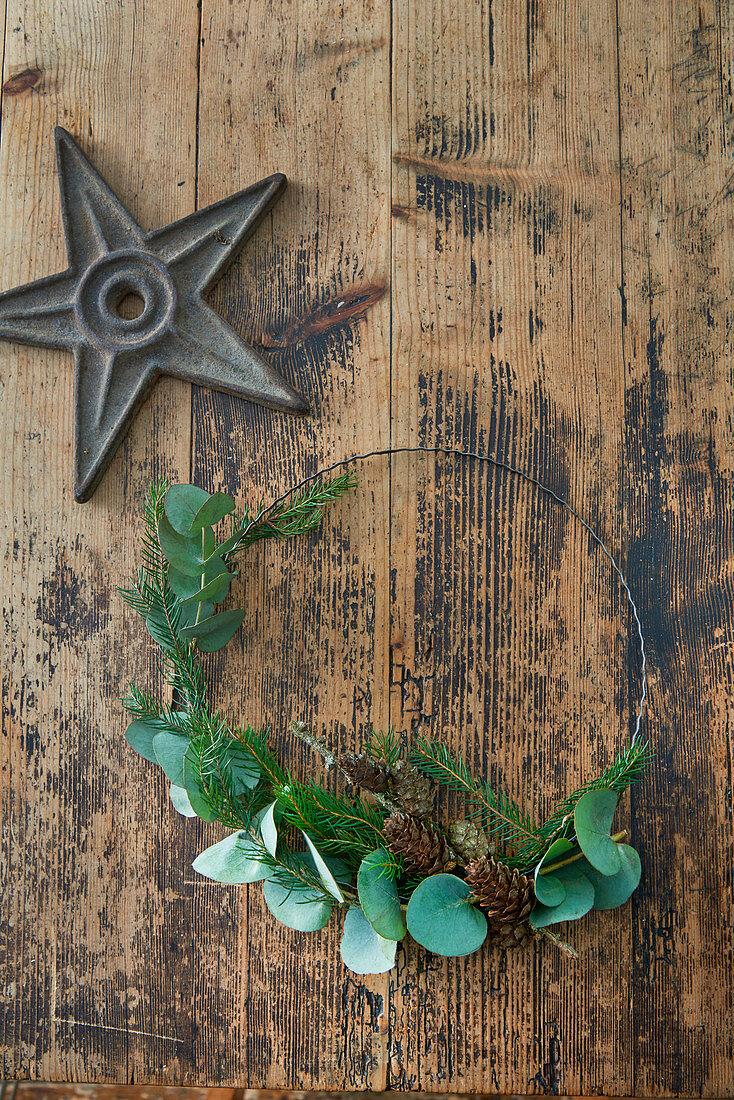 Minimalistischer Kranz mit Tannengrün und Eukalyptus