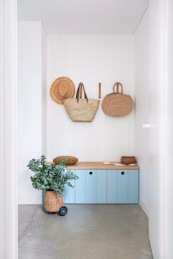 Blaue Bank mit Stauraum in der Nische mit Holzverkleidung