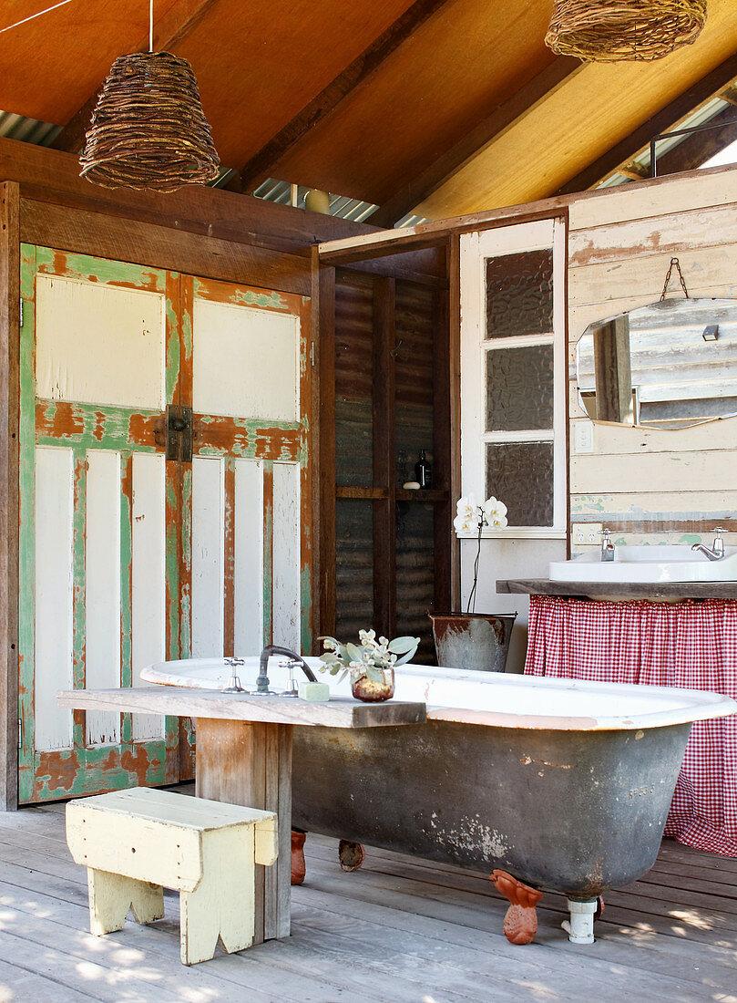 Rustikales Bad in einer umgebauten Scheune