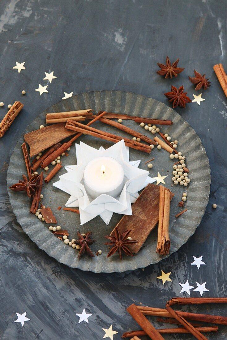 Aus weißem Papier gefalteter Stern als Teelichthalter