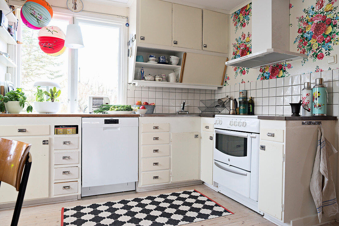Old kitchen with floral wallpaper – Buy image – 12315422 ❘ living4media