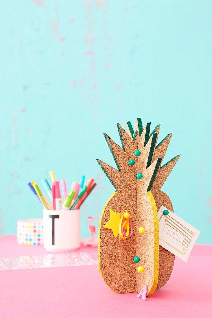 DIY-Pinboard aus Kork in Ananasform