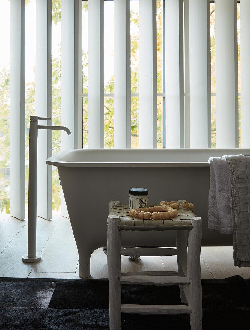 Frei stehende Badewanne im … – Bild kaufen – 20 ❘ living20media